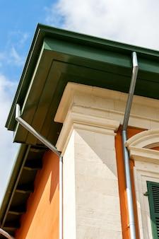 Canto da casa com um tubo de drenagem
