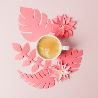 Canto de fábrica de artesanato de papel de colar vivo com folha tropical e café.
