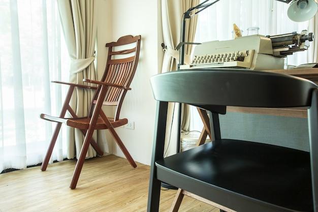 Canto de sala de estar com cadeira e janelas