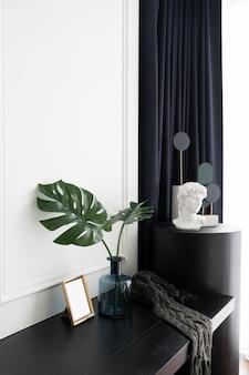 Canto de trabalho do quarto decorado com planta artificial em vaso de vidro e escultura minimalista decorada em estilo clássico moderno