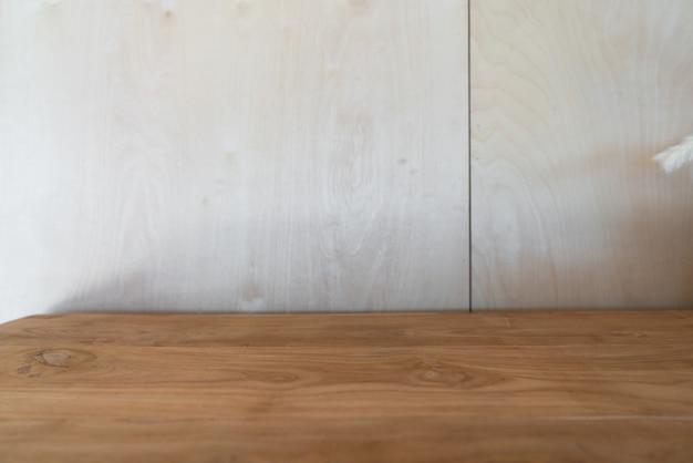 Canto de trabalho vazio decorado com tampo de madeira com madeira birsh no fundo definido em cena de luz natural / espaço de cópia do interior do apartamento