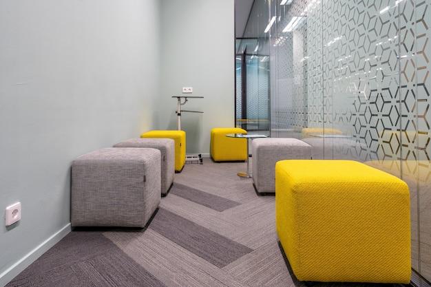 Canto do espaço de escritório aberto com um design interior moderno