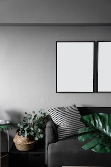 Canto do sofá do quarto com plantas artificiais em pintura de mármore branco padrão de cerâmica na mesa lateral de metal branco em estilo escandinavo moderno