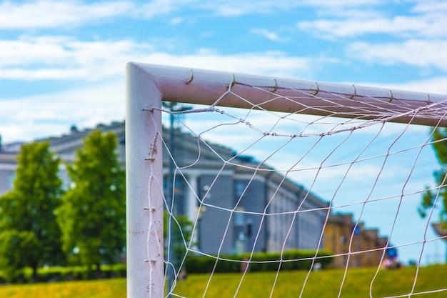 Canto superior, de, um, portão futebol americano, ligado, um, predios, fundo, e, céu azul