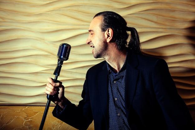 Cantor com microfone antigo