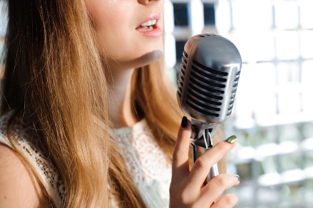 Cantor na frente de um microfone no clube.