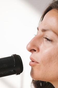 Cantora cantando ao vivo em um estúdio