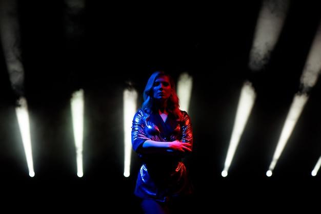 Cantora de pé no palco na boate.