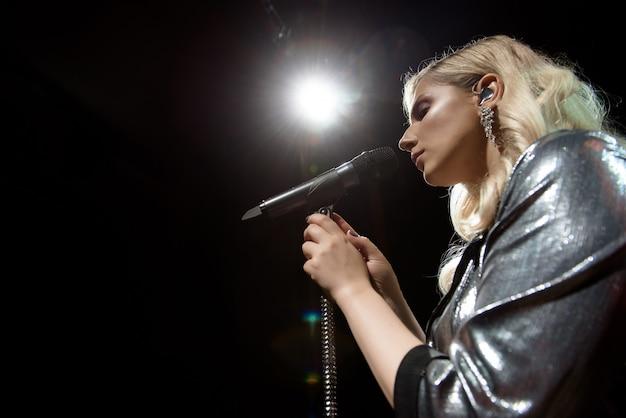 Cantora e microfone. mulher de cantor no palco.