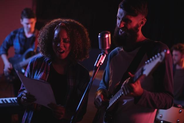 Cantores cantando em estúdio