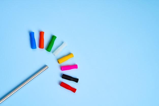 Canudo de metal reutilizável de tendência ambiental para bebidas com tampas de silicone de várias cores.