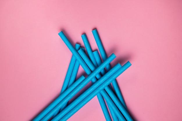 Canudos azuis biodegradáveis de vista superior