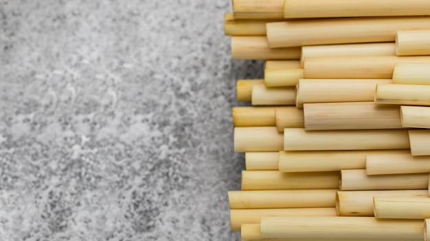 Canudos de bambu copiar espaço