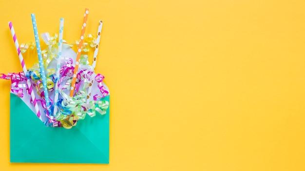 Canudos de festa de vista superior em moldura de envelope