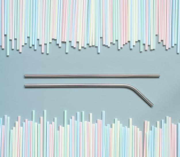 Canudos de metal e plástico em cinza