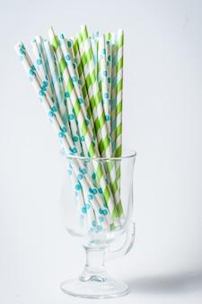 Canudos de papel cocktail listrado multicolorido em um copo