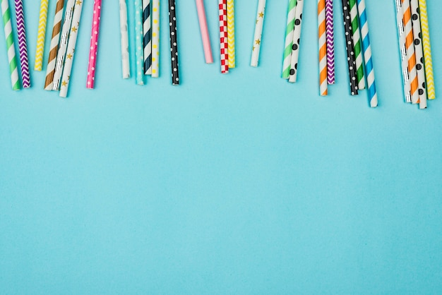 Canudos de papel colorido bonito copiam o espaço