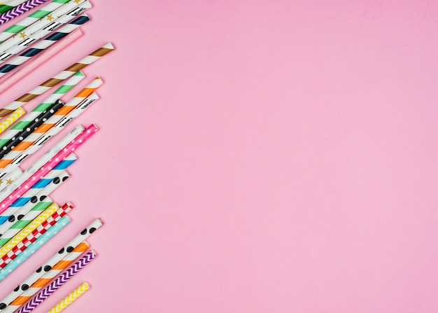 Canudos de papel colorido copiam espaço