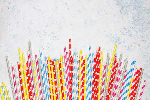 Canudos de papel de cores diferentes na mesa de luz com