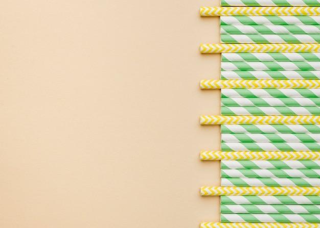 Canudos de papel ecológicos, vista superior, cópia espaço