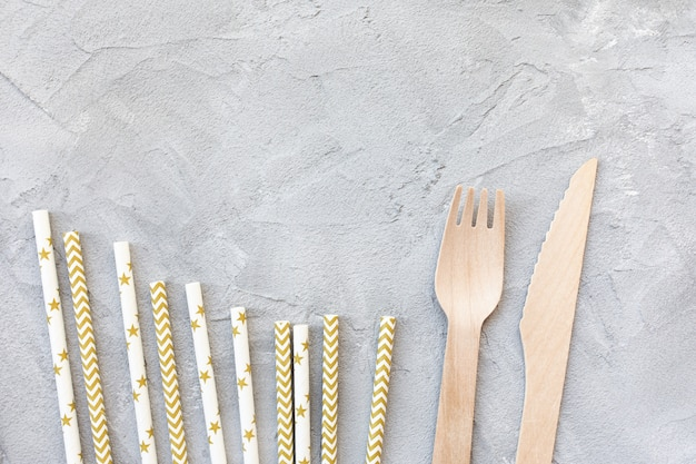 Canudos de papel, facas e garfos de madeira