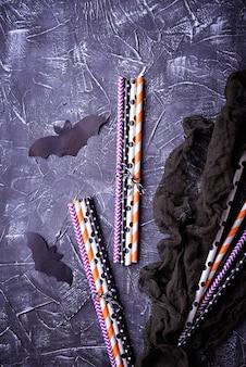 Canudos de papel listrado festivo colorido e decoração de halloween