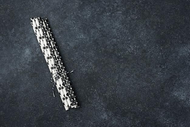 Canudos de papel pontilhados copiam o espaço