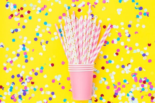 Canudos de papel rosa e copos-de-rosa