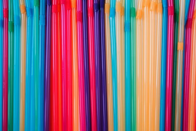 Canudos de plástico coloridos leigos planos