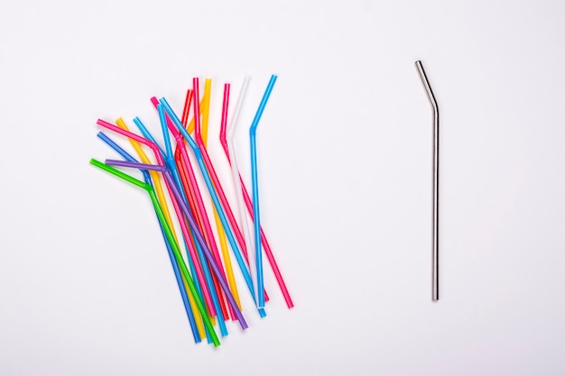 Canudos de plástico e palha de metal