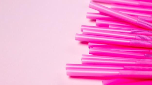 Canudos de plástico roxos de vista superior na mesa