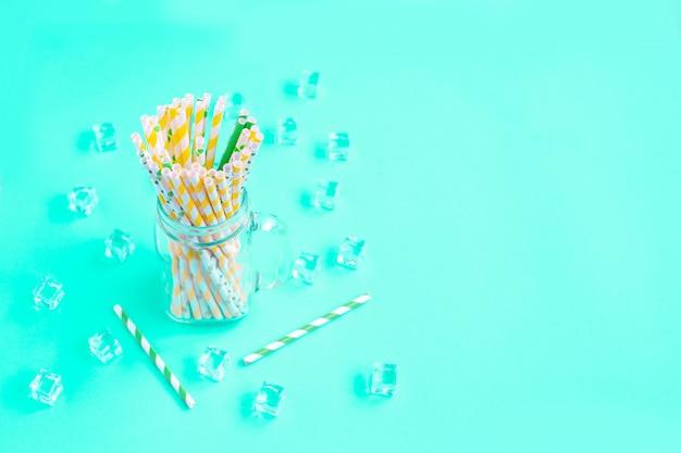 Canudos descartáveis de papel para coquetéis de verão e cubos de gelo