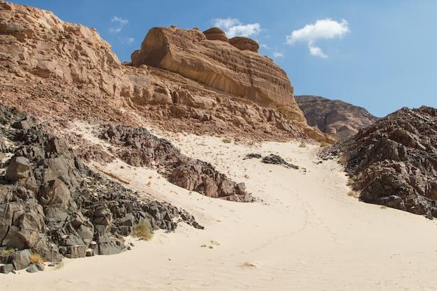 Canyon branco com pedras amarelas. egito, deserto, península do sinai, dahab.