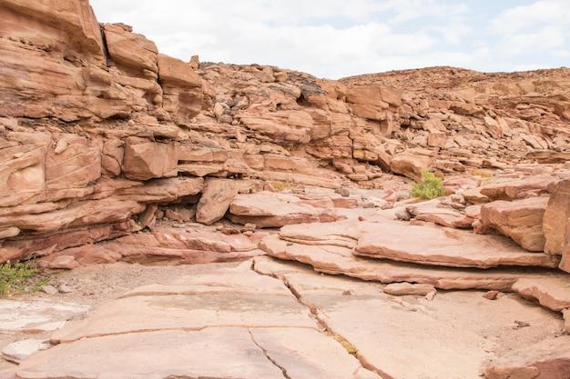 Canyon colorido com pedras vermelhas. egito, deserto, península do sinai, dahab.