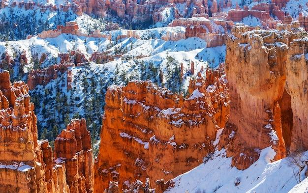 Canyon de bryce com neve no inverno.