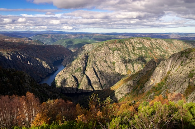 Canyon e paisagem de montanha rochosa no outono com rio ao fundo