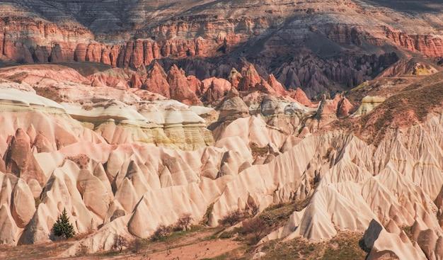Canyon e rochas no vale vermelho da capadócia, na turquia
