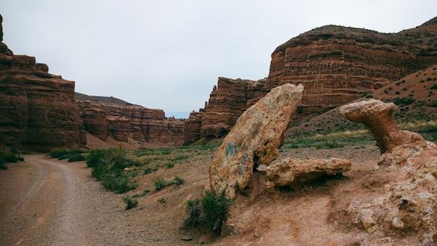 Canyon no cazaquistão uma cópia menor do grande canyon dos eua