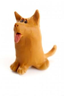 Cão artesanal engraçado de plasticina isolado