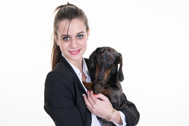 Cão bonito com uma mulher - isolada sobre uma decoração de hanukkah branca
