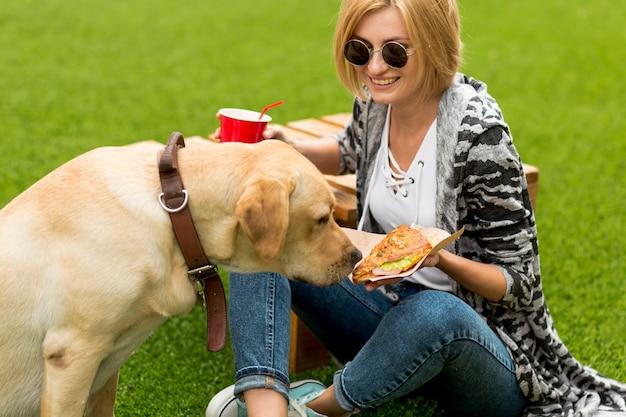 Cão, cheira, comida, segurado, por, mulher