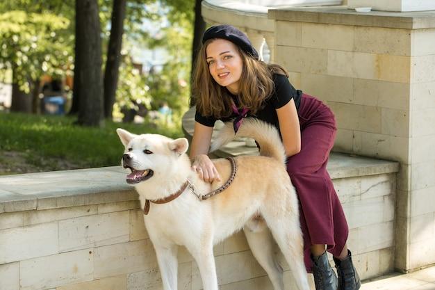 Cão de caça japonês da raça kisyu, belo retrato de um cão branco de perto
