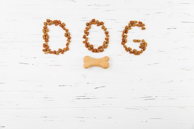 Cão de inscrição na superfície de madeira branca