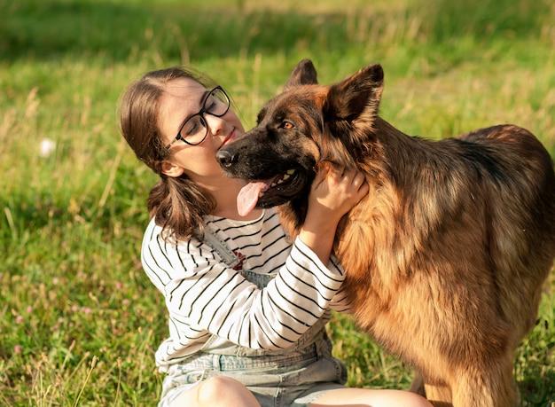 Cão feliz e proprietário curtindo a natureza no parque