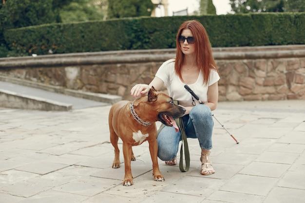 Cão-guia ajudando cega no parque