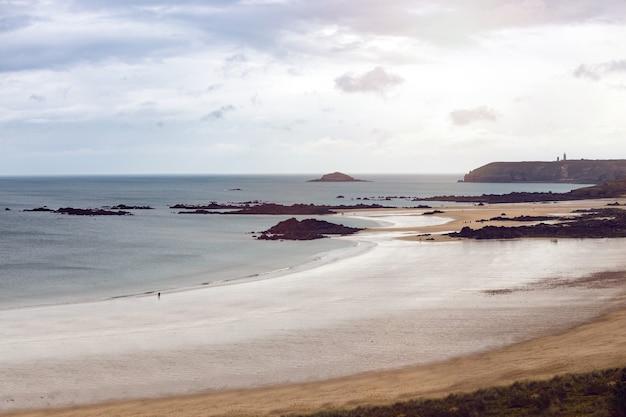 Cap frehel. costa típica da bretanha, no norte da frança
