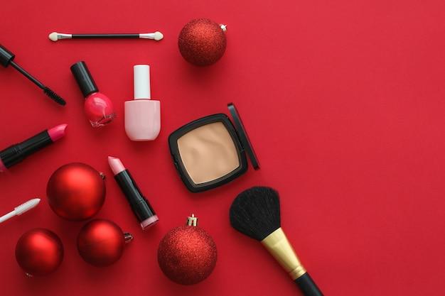 Capa de blog de moda de marca de cosméticos e conjunto de produtos de maquiagem e cosméticos de glamour feminino para marca de beleza promoção de venda de natal fundo plano de luxo vermelho como design de férias