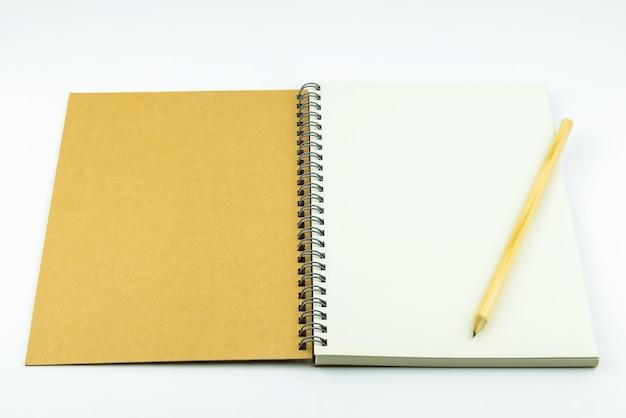 Capa de caderno aberto com lápis