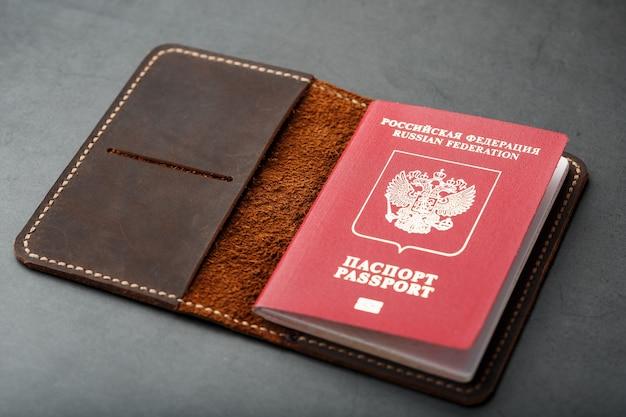 Capa de couro marrom com passaporte vermelho