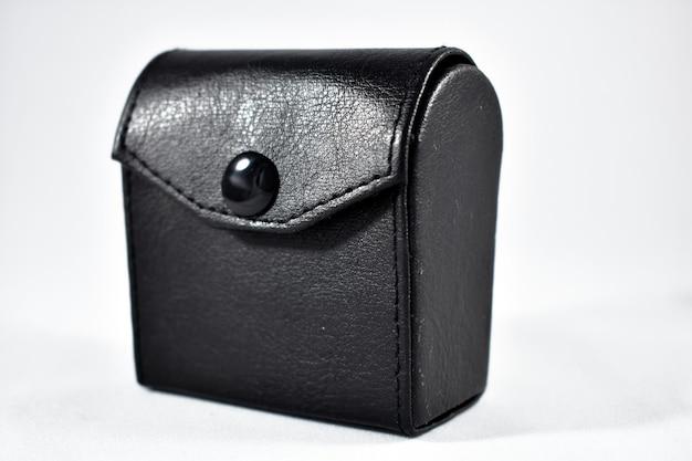Capa de couro preta com fundo branco